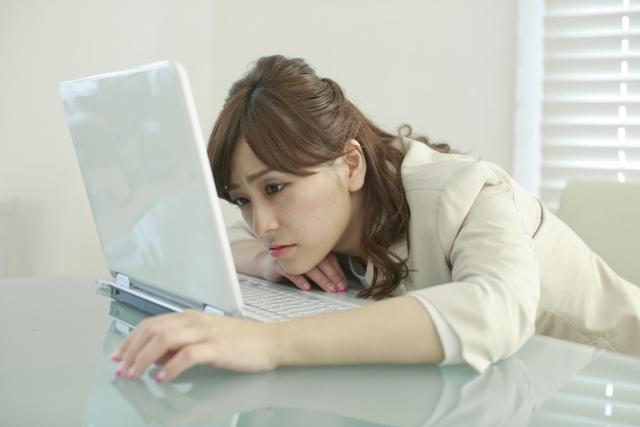 女性に特に多いデスクワークによる姿勢不良